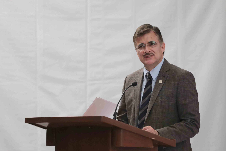 Rector General de la Universidad de Guadalajara, maestro Itzcóatl Tonatiuh Bravo Padilla, en podium del evento, haciendo uso de la palabra.