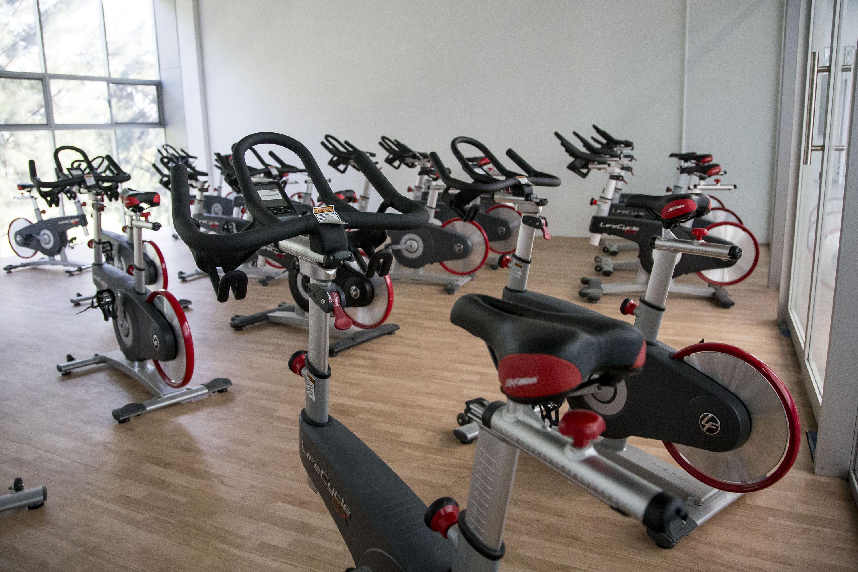Área de spinning del gimnasio con bicicletas fijas
