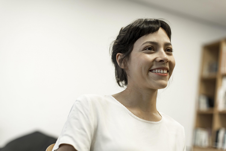 Ruth Ramos, estudiante del CUAAD y protagónica en la película del director Amat Escalante, ofreciendo entrevista.