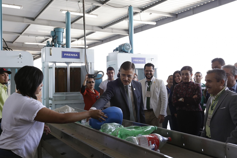 Trabajadores de CUCBA mostrando al Rector General de la Universidad de Guadalajara (UdeG), maestro Itzcóatl Tonatiuh Bravo Padilla como se utiliza la Planta Integral de Manejo e Industrialización de los Residuos