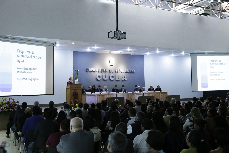 Rector del CUCBA, doctor Carlos Beas Zárate, haciendo uso de la palabra en su informe de actividades