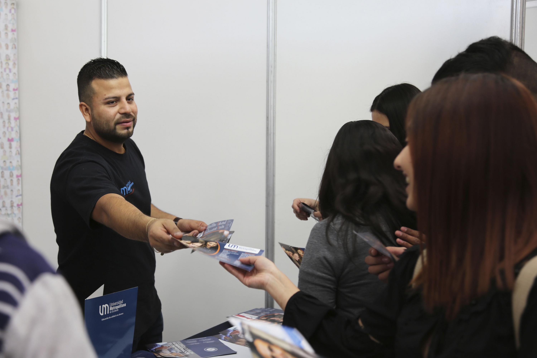Expositor de la expo profesiones 2018, proporcionando información a los estudiantes .