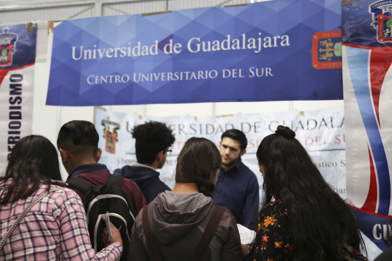 Grupo de estudiantes asistentes al evento, solicitando información a expositor de la expo profesiones 2018.
