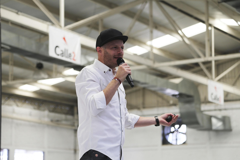 El conductor y comediante Facundo, presente en la expo profesiones 2018, haciendo uso de la palabra ante los asistentes.
