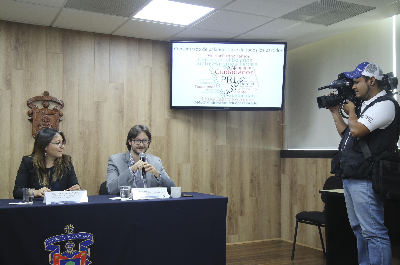 El Dr. Busoletti  explica una de las diapositivas de La linea de investigación es Prensa y Lideres de Opinión