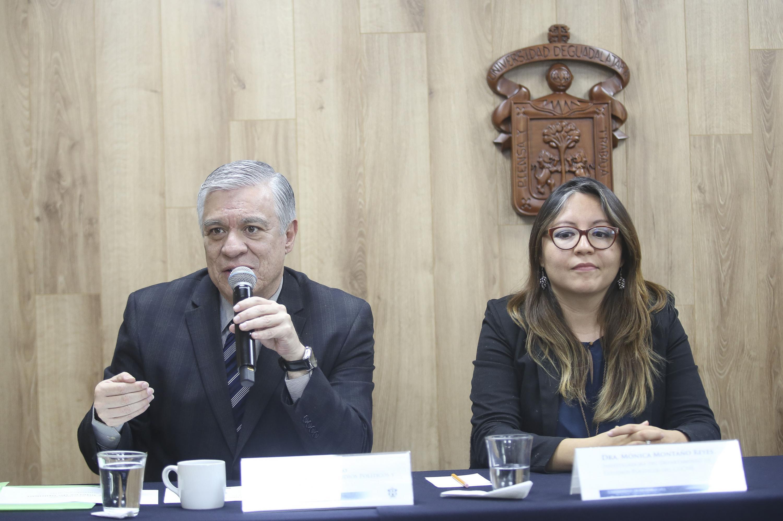 El doctor Zacarías hablando al microfono con la prensa