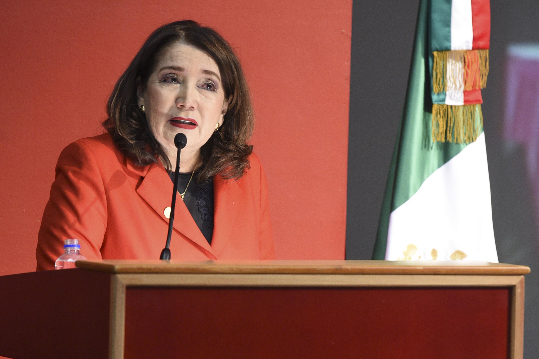 Rectora del CUCSur, doctora Lilia Victoria Oliver Sánchez, haciendo uso de la palabra al rendir su Informe de Actividades correspondiente a 2017.