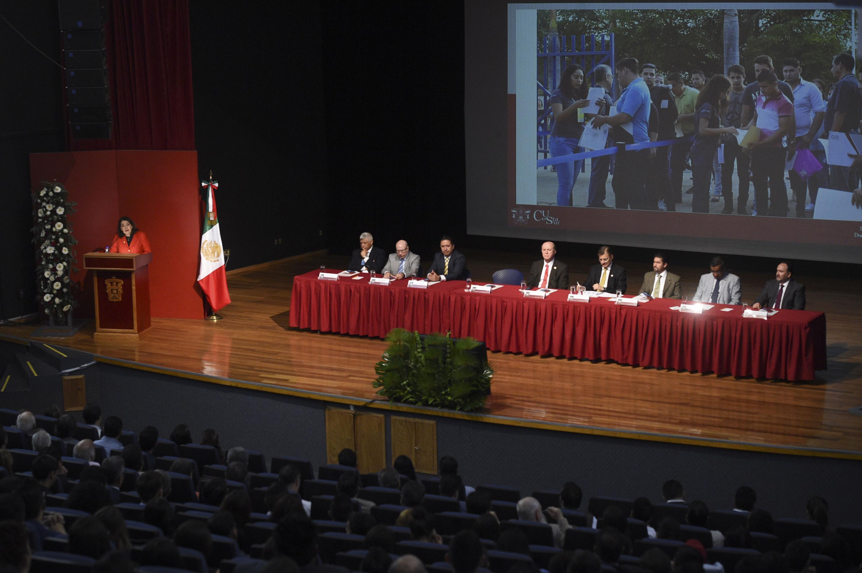 Rectora del CUCSur, doctora Lilia Victoria Oliver Sánchez, hablando frente al micrófono durante su informe de actividades