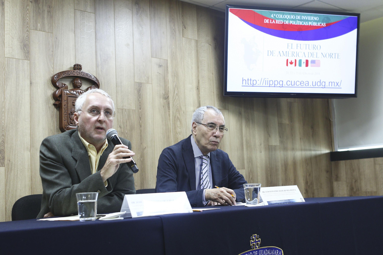 Doctor José Arturo Santa Cruz Díaz Santana, director del Centro de Estudios sobre América del Norte, del Centro Universitario de Ciencias Sociales; con micrófono en mano haciendo uso de la palabra; durante rueda de prensa.