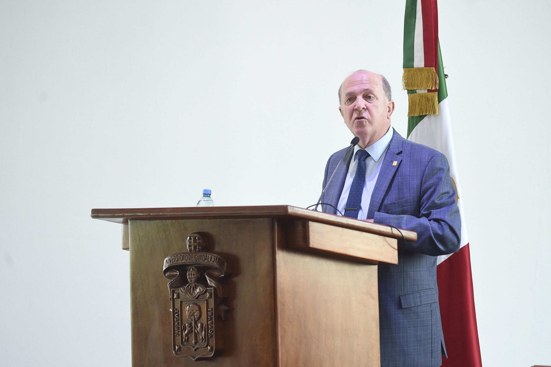 Vicerrector Ejecutivo de la Universidad de Guadalajara, doctor Miguel Ángel Navarro Navarro, haciendo uso de la palabra.