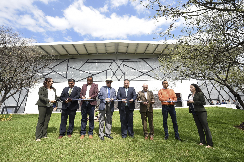 """Autoridades de la Universidad de Guadalajara y del Centro Universitario del Norte, cortando el listón inaugural de la obra """"Auditorio de usos múltiples""""."""