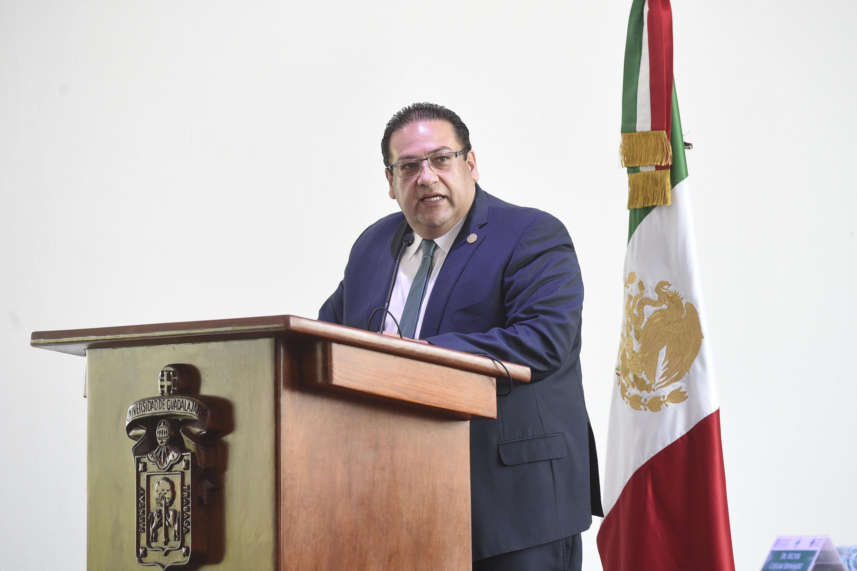 Rector del Centro Universitario del Norte, maestro Gerardo Alberto Mejía Pérez, haciendo uso de la voz.