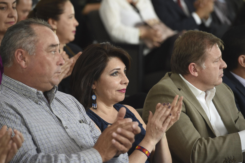 Titular de la Coordinación General Administrativa de la UdeG, doctora Carmen Enedina Rodríguez Armenta, aplaudiendo durante el informe.