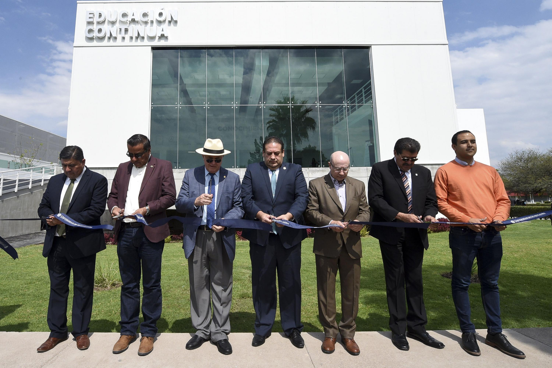 Corte de listón inaugural de la Sala de Educación Continua del CUNorte, encabezada por autoridades de la UdeG y del mismo centro universitario.
