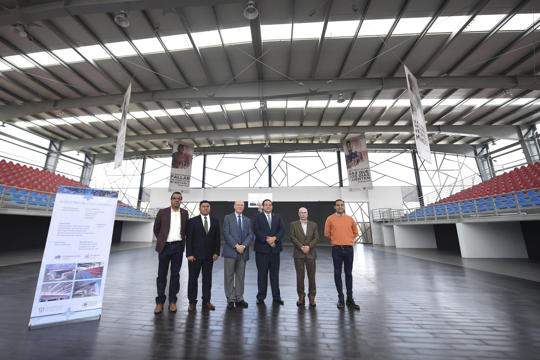 Autoridades de la Universidad de Guadalajara y del Centro Universitario del Norte, posando para toma de fotografía, desde el Auditorio de usos múltiples.
