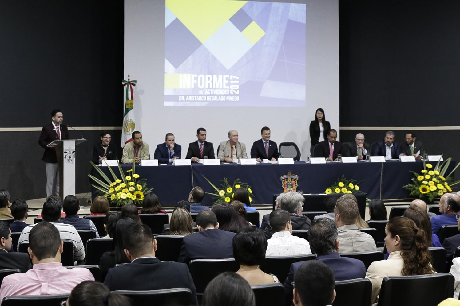 El rector de CULAGOS dirigiendose a los presentes en el auditorio del centro