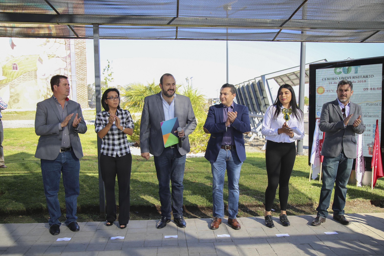 Ceremonia de inaguración de las nuevas unidades de transporte habilitadas y en la que las autoridades del centro universitario y municipales del salto aplauden al final del evento.