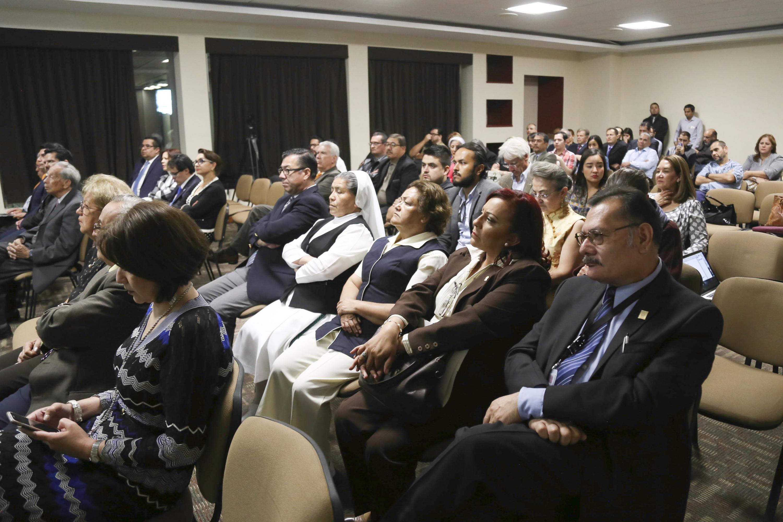Profesionales de la salud y público en general, asistentes al homenaje.