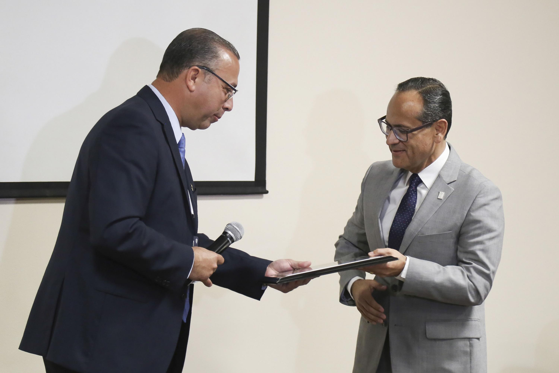 Doctor Francisco Martín Preciado Figueroa, director del Hospital Civil Juan I. Menchaca, entregando reconocimiento al doctor Héctor Raúl Pérez Gómez, Director General del Hospital Civil de Guadalajara.