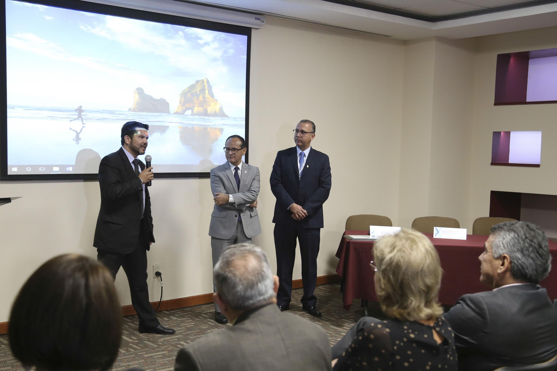 Doctor Raymundo Hernández Hernández, secretario técnico del CETOT, ofreciendo discurso al homenajeado.