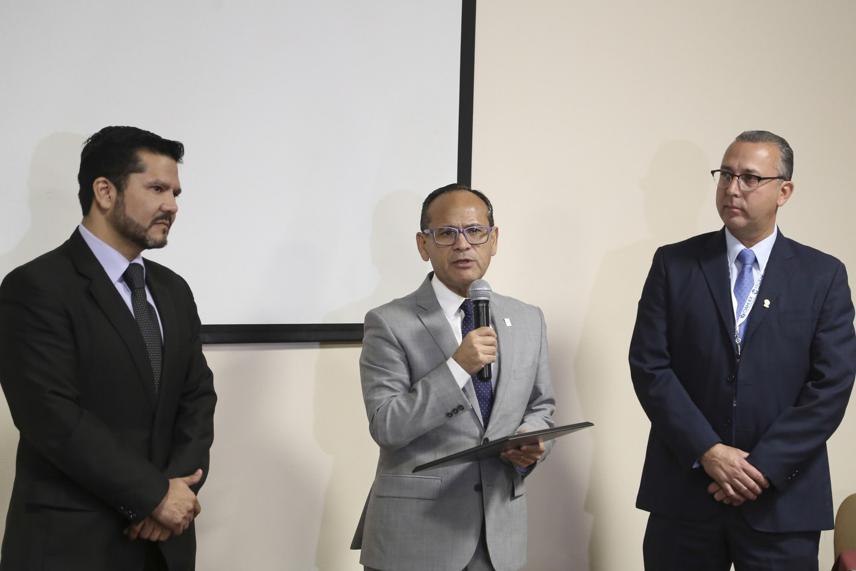Doctor Héctor Raúl Pérez Gómez, Director General del Hospital Civil de Guadalajara, con micrófono en mano haciendo uso de la voz.