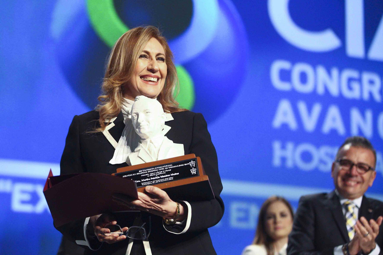 Martha Patricia Sánchez Muñoz, recibiendo el premio Juan López