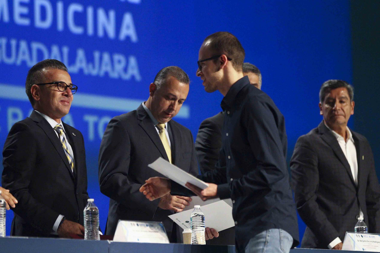 Ganador del XVII Concurso de Trabajos Libres en Cartel, recibiendo su reconocimiento