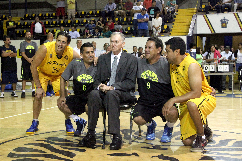 """Ramiro Vázquez Gutiérrez, el """"Genio"""", sentado en una cancha de Basquetbol junto a cuatro jugadores de la selección de la UdeG"""