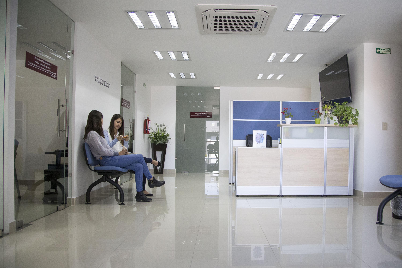 Sala de espera del CAPIB CUCS en donde hay dos mujeres jovenes sentadas conversando