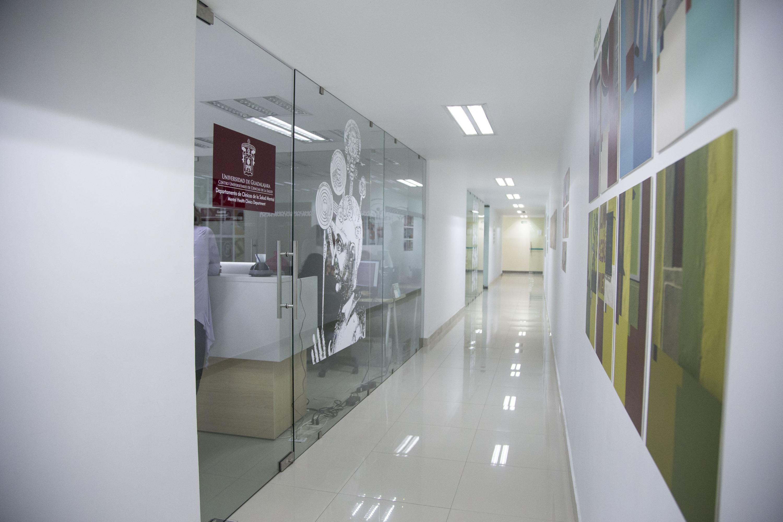 Pasillo del CAPIB con la entrada principal a la clinica