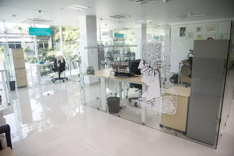 Oficinas y consultorios del CAPIB, los espacios estan divididos con muros de cristal