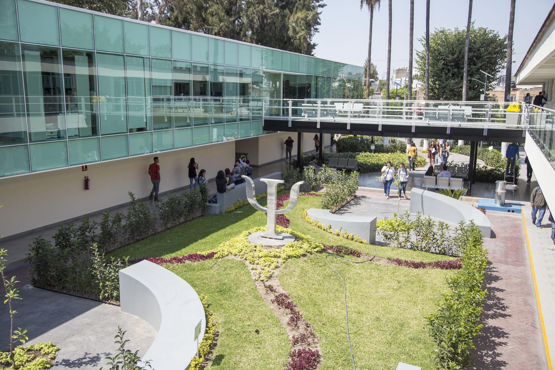 Panoramica de los jardines del edificio H de CUCS remodelado