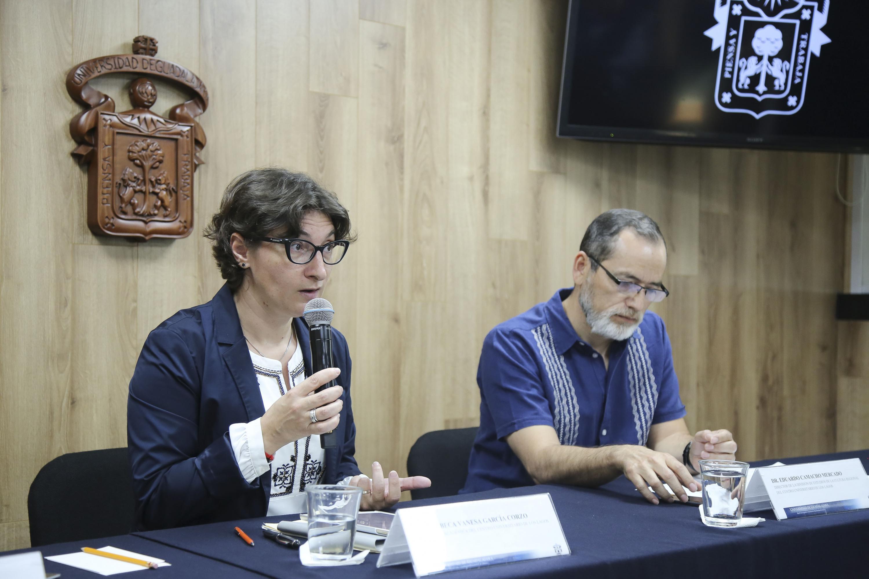 Doctora Rebeca Vanesa García Corzo, Secretaria Académica del Centro Universitario de los Lagos, participando en rueda de prensa.