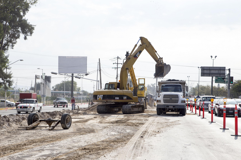 Excavadora cargando de tierra un camión de carga