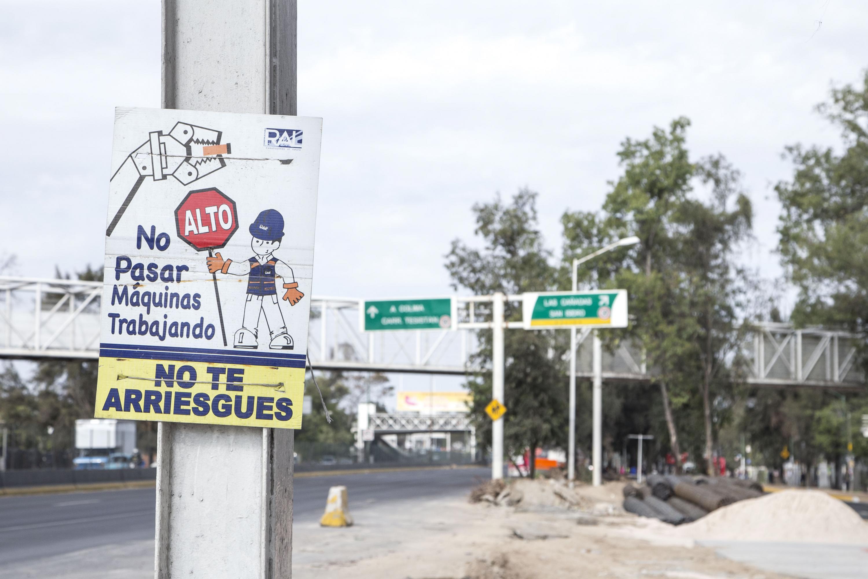 Cartel de advertencia a peatones para que eviten cruzar por la zona de trabajo