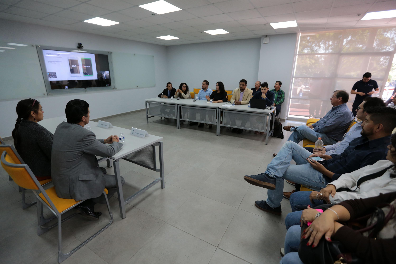 Audiencia e invitados de la sesión, observando la presentación en pantalla de la ventanilla virtual.