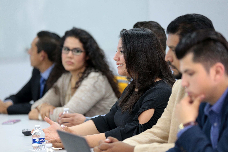 Maestra Marisela Rodríguez Morán,  Coordinadora de Control Escolar del CUAAD, dirigiendo la palabra al público.