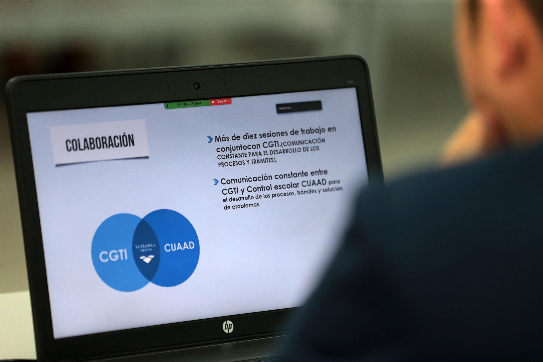 Pantalla de una computadora portátil con una diapositiva de información de la colaboración entre CGTI y CUAAD.