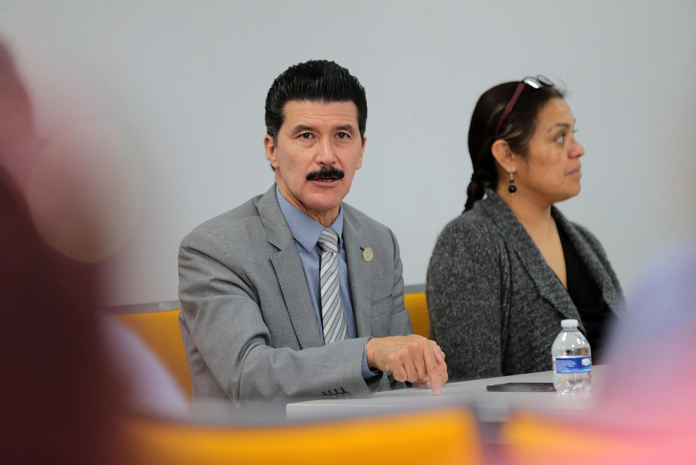 Mtro. Ernesto Flores Gallo, Rector del CUAAD, haciendo uso de la palabra en la sesión.
