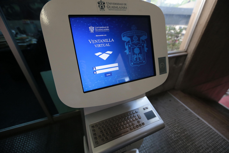 Monitor de computadora. Pagina de inicio de la ventanilla virtual de la Universidad de Guadalajara.
