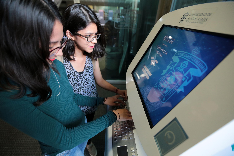 Estudiantes de la Universidad de Guadalajara, utilizando la Ventanilla Virtual en un kiosco.