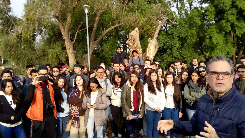 Profesores investigadores y alumnos de la Universidad de Guadalajara, reunidos en sesión informativa durante el estudio de campo.