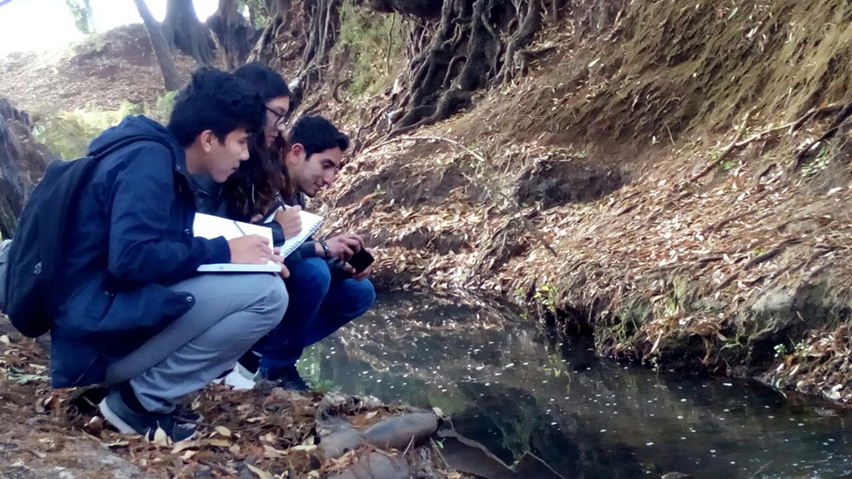 Estudiantes de la Universidad de Guadalajara realizando estudio de campo en algunas zonas del río Tepatitlán.