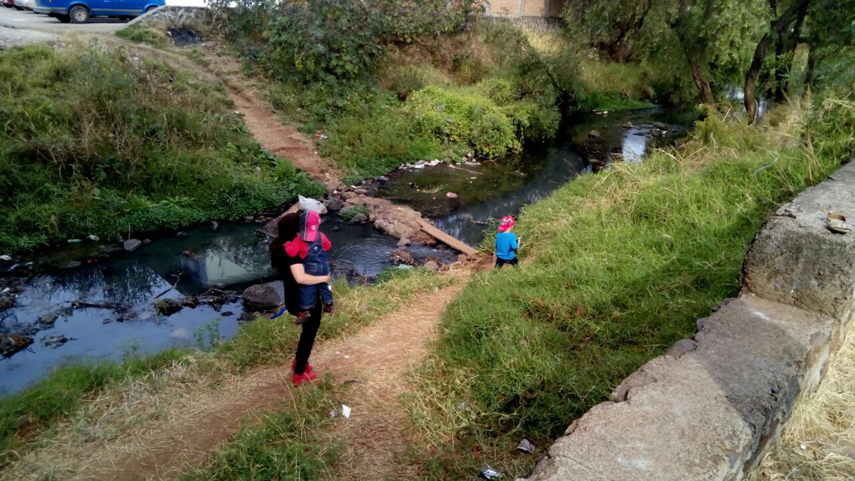 Habitantes aledaños al río Tepatitlán, transitando por el mismo.