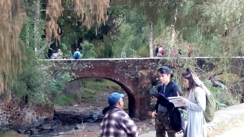 Alumnos de la Universidad de Guadalajara, realizando encuestas a los habitantes aledaños el río Tepatitlán.
