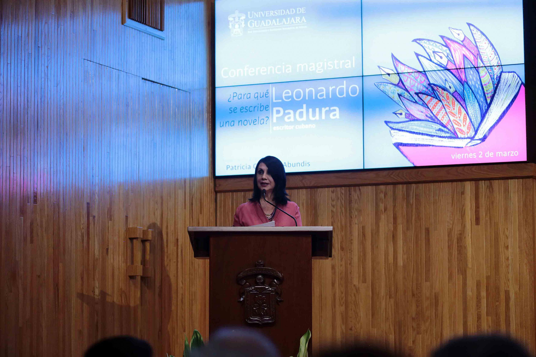 La doctora Cordova Hablando durante la presentación del escritor invitado.