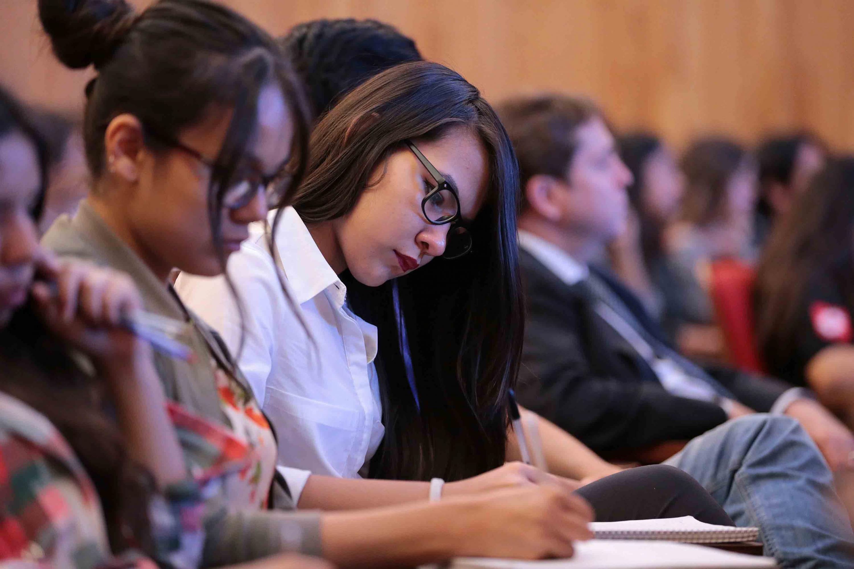 Jóvenes que asistieron a la Conferencia Magistral de Leonardo Paduro