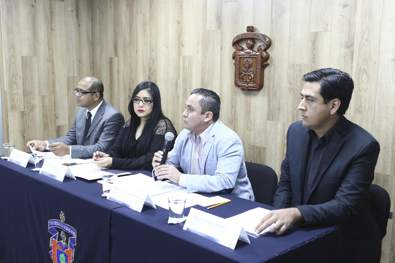 Doctor Ernesto Gerardo Castellanos Silva, Jefe del Departamento de Ciencias Jurídicas del centro universitario de Tonalá, con micrófono en mano haciendo uso de la palabra, durante rueda de prensa.