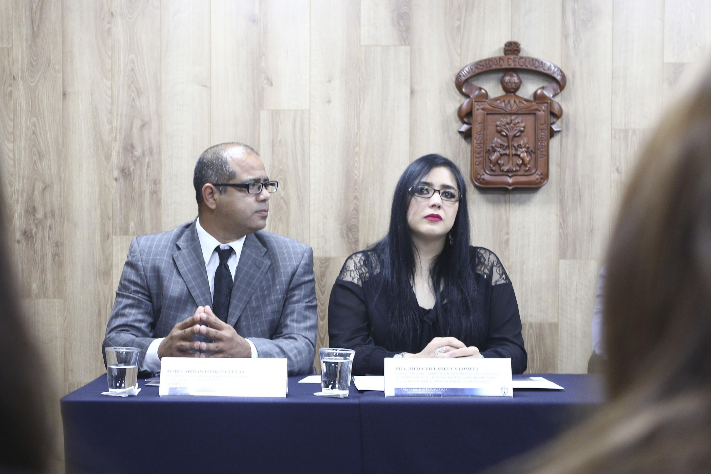 Adrián Torres Cuevas, integrante del cuerpo académico de Protección y Uso de la Propiedad Intelectual,  así como la doctora Hilda Villanueva Lomelí, responsable del cuerpo académico de Protección y Uso de la Propiedad Intelectual en las Instituciones de Educación Superior, presentes en la rueda de prensa