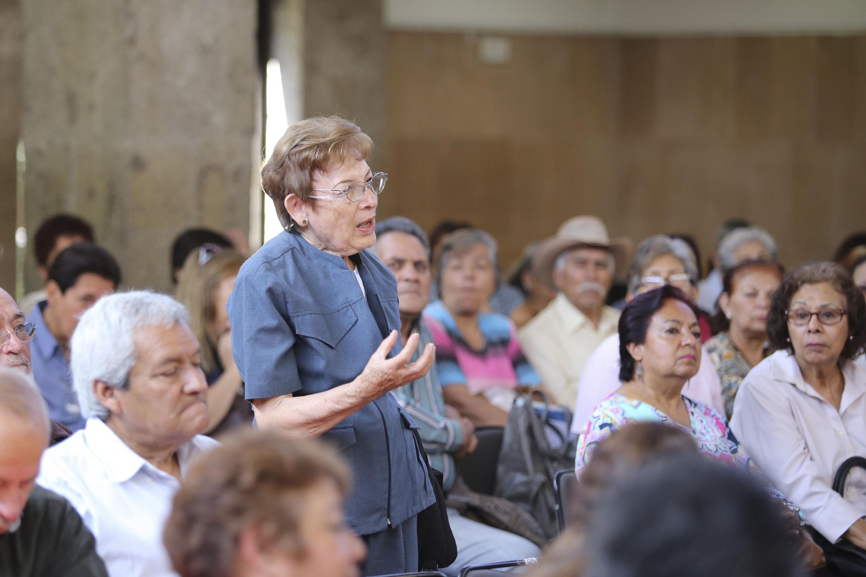 Una alumna del SUAM del público haciendo una pregunta